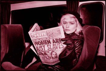 Blondie en el tren también llama la atención