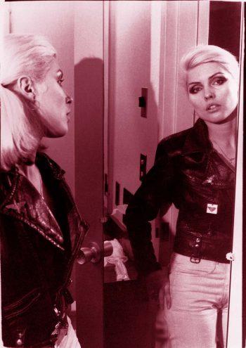 Blondie dobla, se mira al espejo y te mira a ti