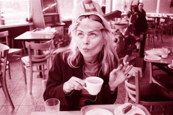 Blondie saboreando la cafeína