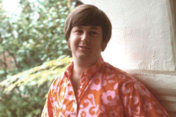Brian Wilson y su camisa psicodélico-hippie