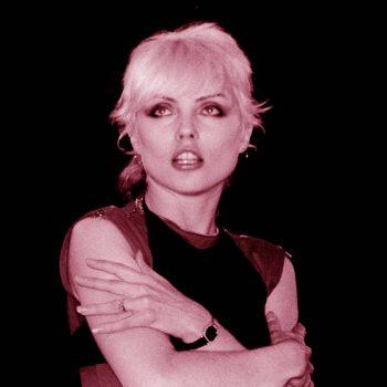 Debbie Harry mirando al tragaluz