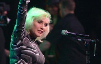 Debbie Harry saludando al auditorio