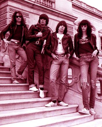 The Ramones a pie de balaustrada