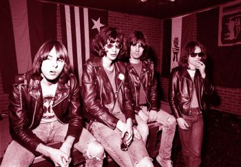 The Ramones fingiendo distracción