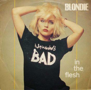 Blondie atusando el pelo