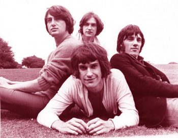 The Kinks posando