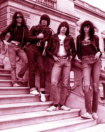 The Ramones a pie de balaustrada