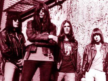 The Ramones delante de su palacio