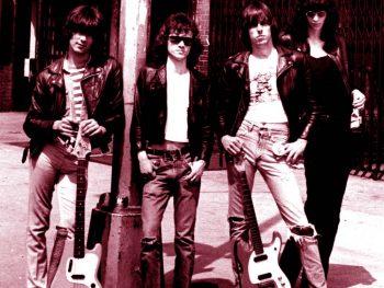 The Ramones en una farola